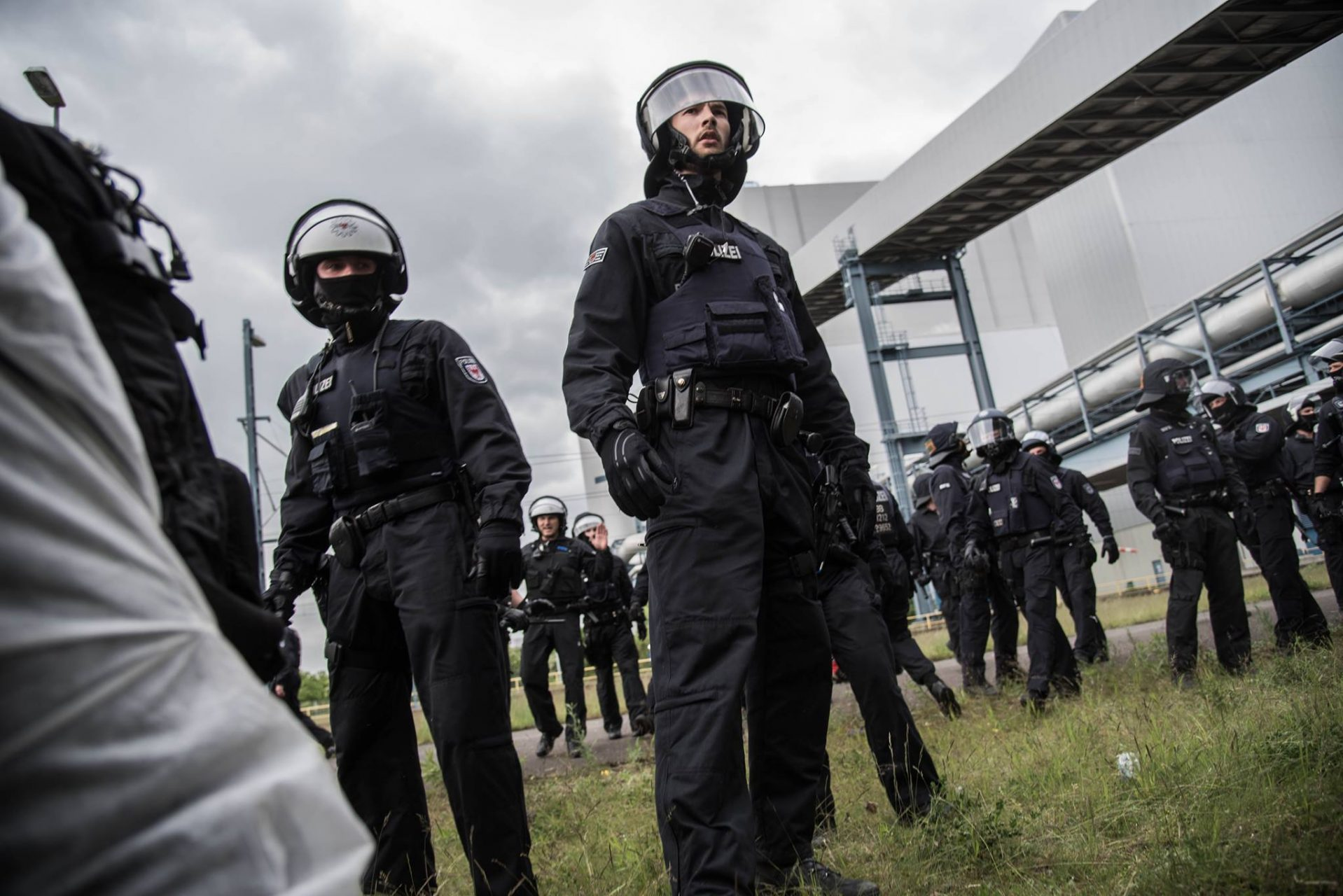 pink blocks face à la police police